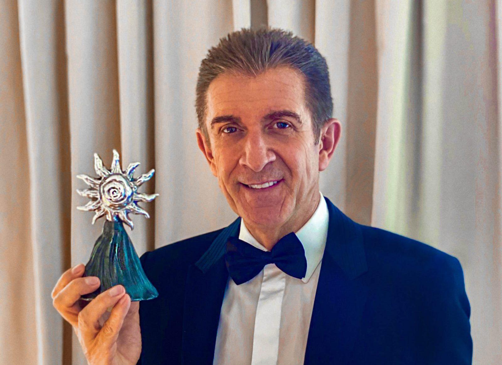 Ezio Greggio col premio Excellence Award