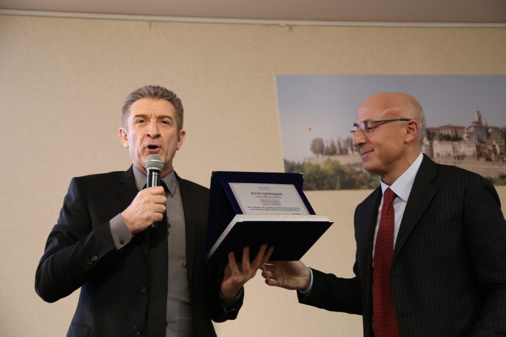 Ezio Greggio riceve la targa dal Prof. Fabio Mosca