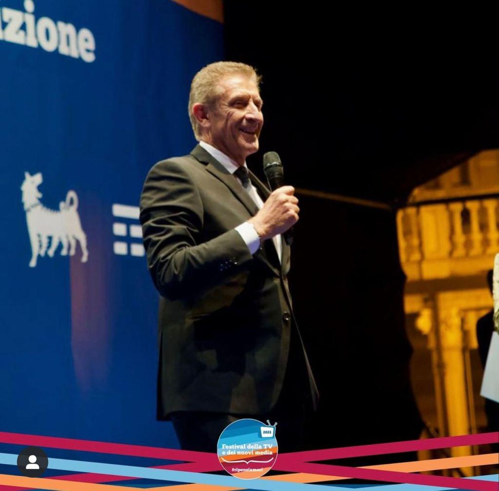 Ezio Greggio sul palco di Dogliani