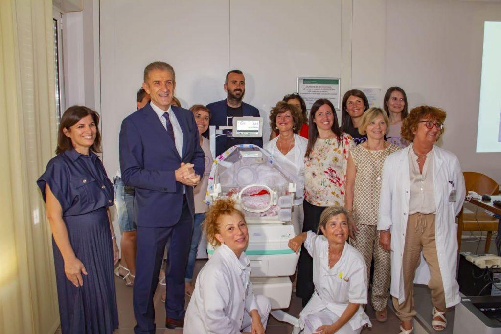 Ezio con le sorelle Fabbri, la d.ssa Gina Ancora e il reparto di neonatologia di Rimini
