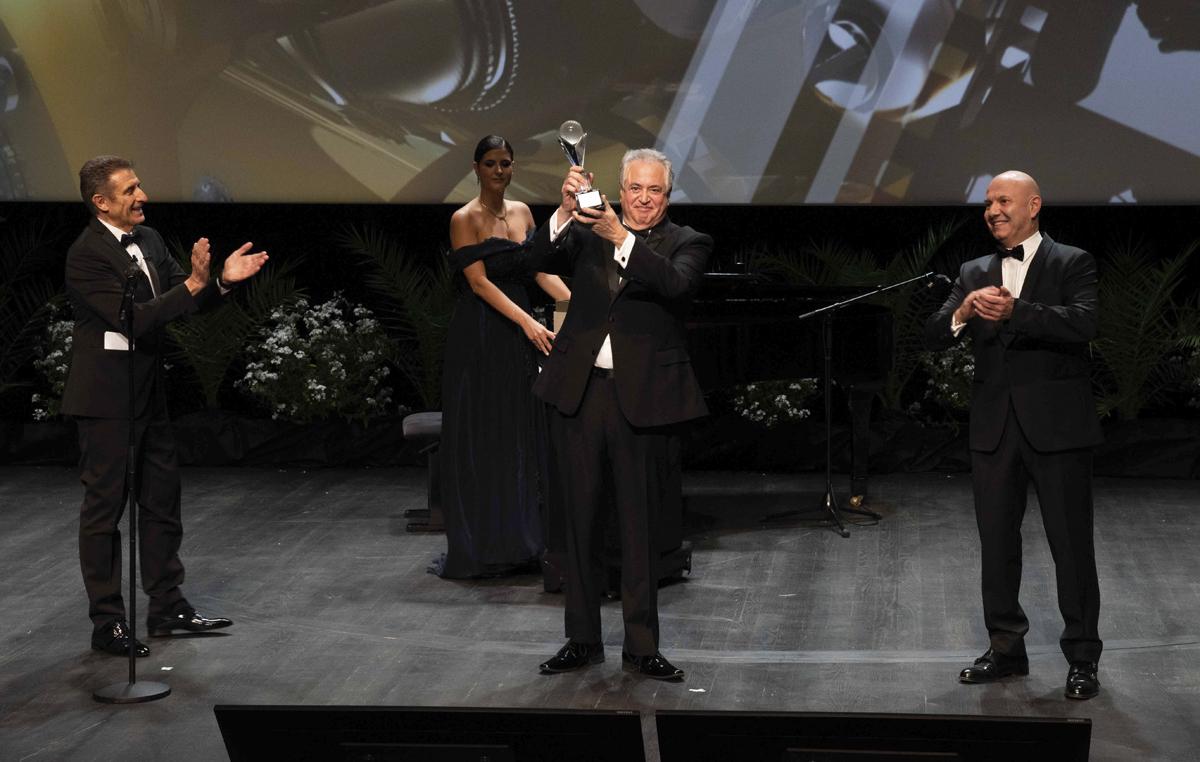 Ezio e S.E. Laurent Anselmi del Governo di Monaco premiano Nick Vallelonga