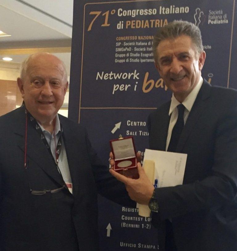 Il Prof Giorgio Rondini premia Ezio Greggio