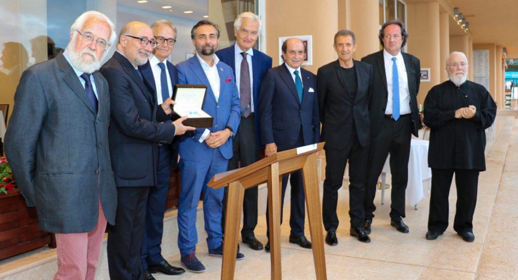 I componenti del COMITES donano la targa a S.E. Cristiano Gallo