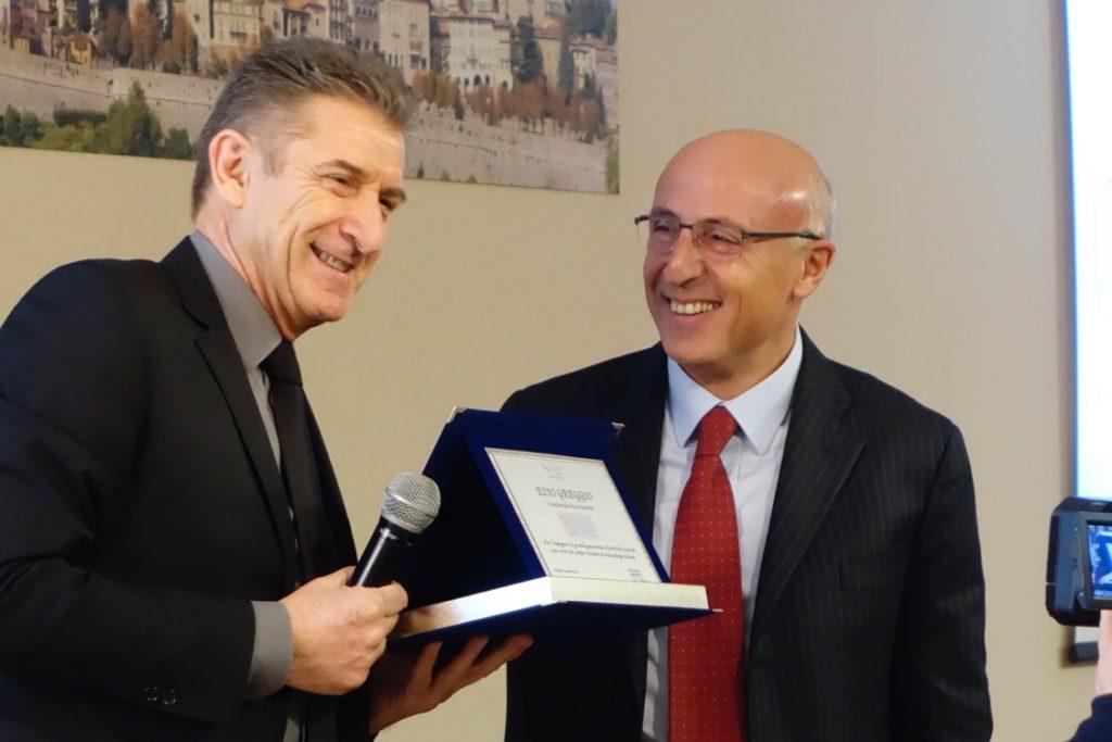 Premio della SIN Società Italiana di Neonatologia dalle mani del Presidente prof. Fabio Mosca (Primario Mangiagalli di Milano)