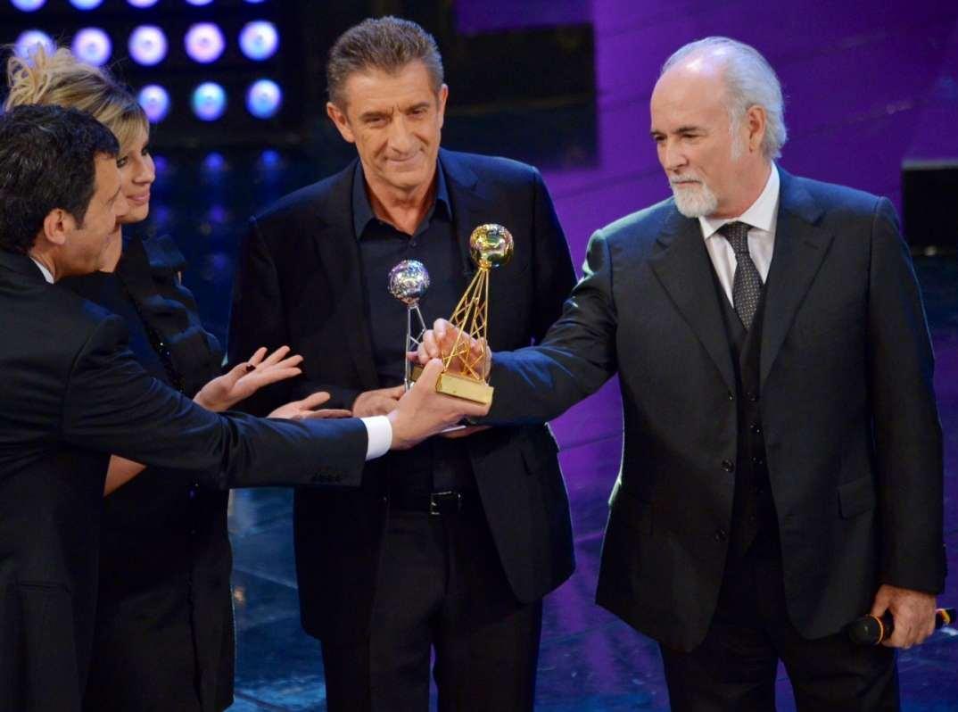 Ezio Greggio e Antonio Ricci ritirano i premi Oscar TV per Striscia dalle mani di Fabrizio Frizzi